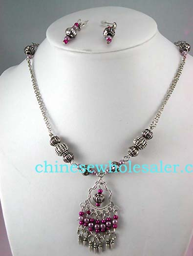 Custom jewelry necklaces supplied wholesale from China exporting dealer. Fashion silver plated chain necklace with imtation light pink and purple pearls crafted into a dangling pendant suspended from beade and decorated chain.